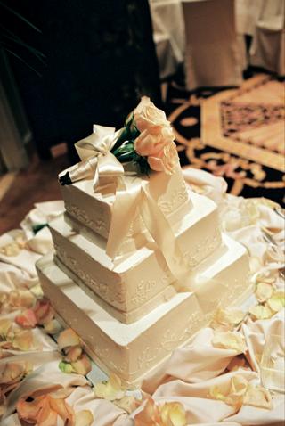 white-three-layer-wedding-cake-design