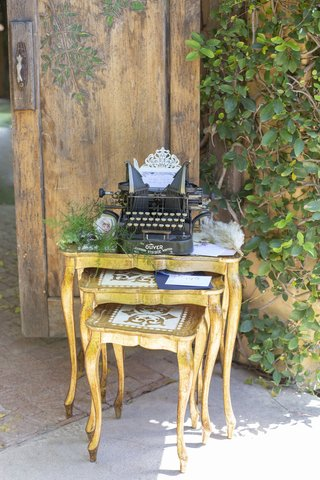 1920s-nesting-tables-and-antique-typewriter-for-great-gatsby-themed-wedding