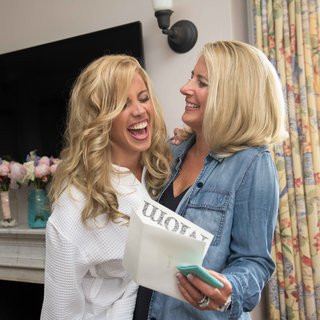 bride-gives-the-mother-of-the-bride-a-letter-and-gift