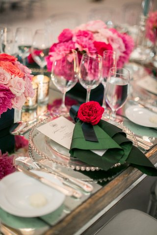 silver-beaded-charger-with-green-napkin-and-pink-flower