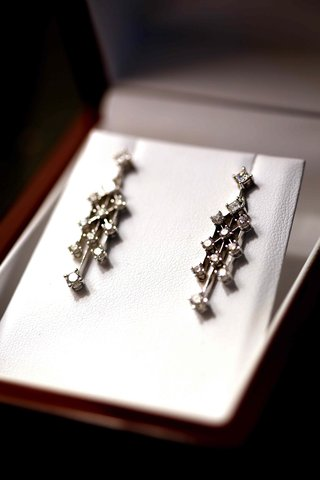 pair-of-earrings-with-eleven-diamonds-each