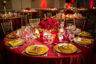 red-linens-gold-chiavari-chairs-gold-chargers-red-roses