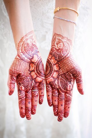 bride-with-henna-tattoos-and-gold-bracelet
