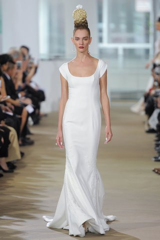 ines-di-santo-spring-2018-sculpted-short-sleeve-low-scoop-sheath-box-pleat-train-buttons