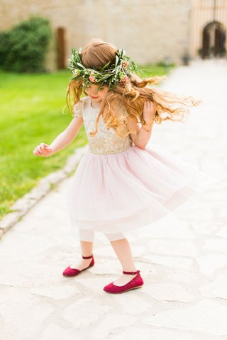 wedding-flower-girl-destination-wedding-in-italy-child-in-pink-gold-dress-with-greenery-flower-crown