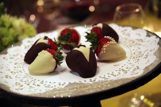 chocolate-strawberries-that-look-like-tuxedos