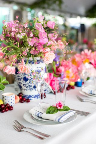 chinoiserie-vases-pink-flowers-blue-and-silver-striped-napkins-topped-with-pink-flower-and-leaves