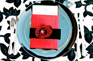 wedding-reception-plate-with-black-red-white-theme