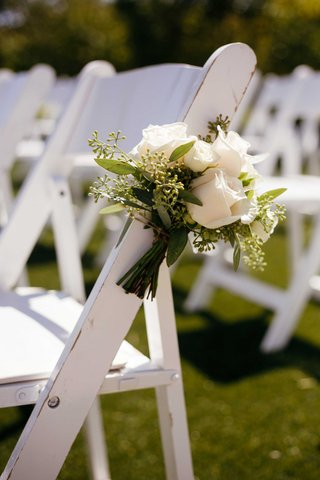 white-roses-aisle-markers-ceremony-chairs