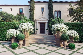 boxwood-spheres-and-urns-filled-with-white-flowers-at-villa-sevillano
