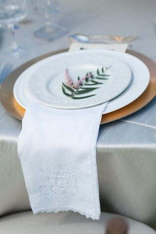 outdoor-wedding-reception-with-gold-charger-white-china-embroidered-cloth-napkin