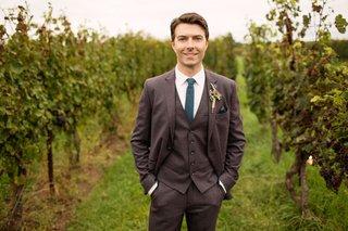 nikita-actor-noah-bean-in-three-piece-grey-suit-color-tie-in-vineyard-wedding-reception-ceremony