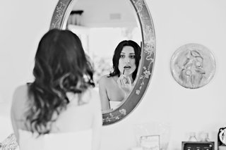 black-and-white-photo-of-bride-putting-on-lip-gloss-in-mirror