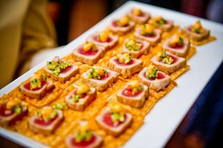 tuna-steaks-on-crackers-with-garnish
