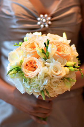 bridesmaid-holds-peach-flower-bouquet-with-garden-roses