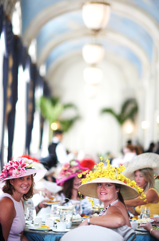 female-wedding-guests-wearing-kentucky-derby-hats