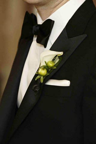 groom-boutonniere-with-white-calla-lily-and-green-buds