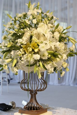 flower-arrangement-with-white-lily-at-ceremony