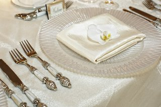 pearl-charger-plate-with-white-orchid-and-pearl-silverware