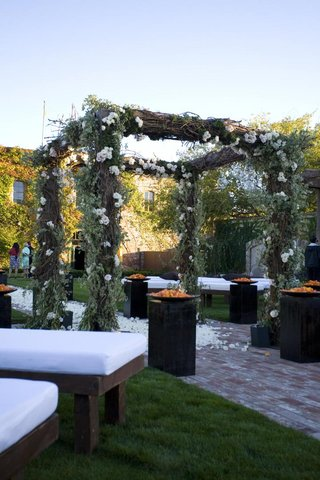 wooden-bench-ceremony-seats-and-rustic-chuppah