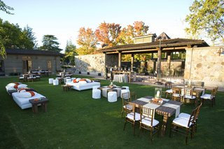 vintage-estate-lawn-cocktail-hour-with-modern-seating