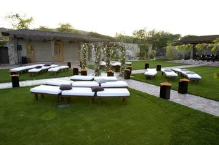 modern-seating-arrangement-for-outdoor-ceremony