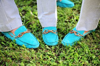 groomsmen-wear-aqua-sperry-topsiders-with-tan-ties-with-searsucker-suits