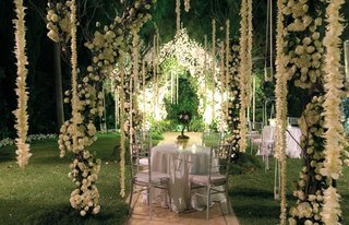 outdoor-cocktail-hours-with-hanging-white-flower-decorations