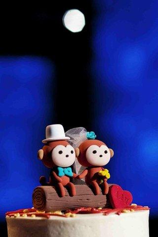custom-cake-topper-with-bride-and-groom-monkeys-on-log