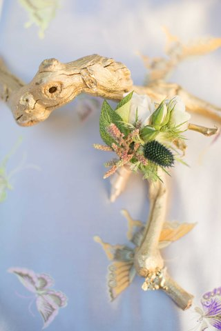 gold-leaf-driftwood-on-blue-table-linen-with-butterflies-and-small-green-boutonniere