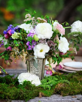 outdoor-wedding-reception-table-with-moss-and-silver-vase-with-white-pink-purple-and-green-flower