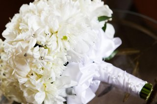 bouquet-of-white-peonies-and-stephanotis-blossoms