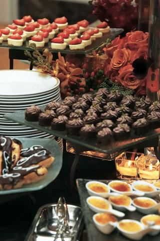 sweet-treats-on-glass-trays-at-reception