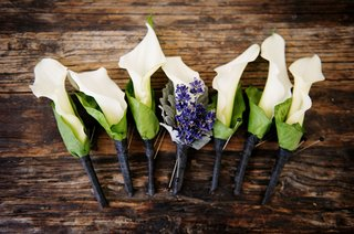groomsmen-boutonniere-white-calla-lily-with-green-casing-purple-lavender-for-groom