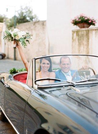 wedding-getaway-car-bride-and-groom-in-vintage-convertible-grey-black-red-interior-italy