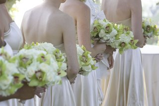 bridesmaids-carrying-neutral-nosegays