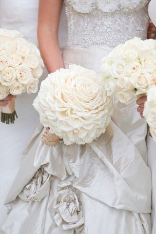 bride-glamelia-rose-bouquet-and-bridesmaid-white-roses-bouquets