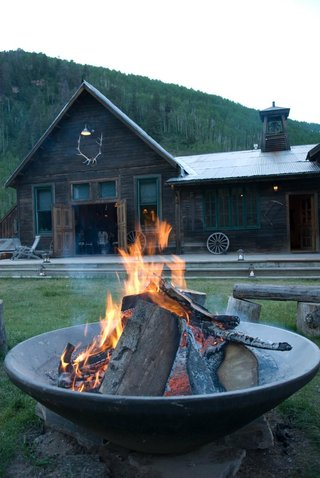 firepit-outside-cabin-at-rustic-wedding-reception