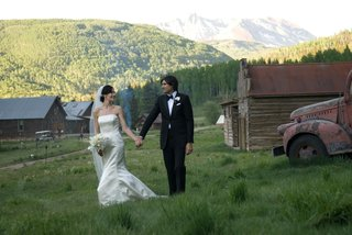 bride-and-groom-in-mountain-rustic-retreat