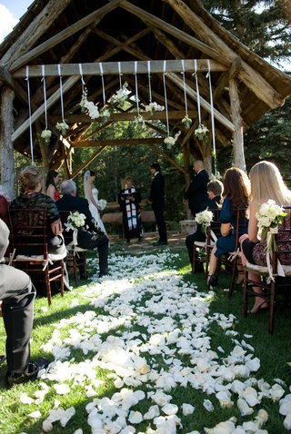 outdoor-wedding-on-grass-with-rustic-altar