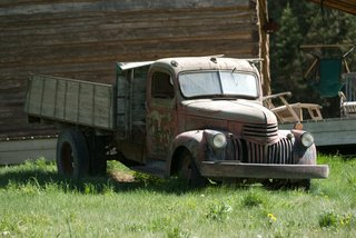 old-run-down-truck-on-grass-at-rustic-wedding
