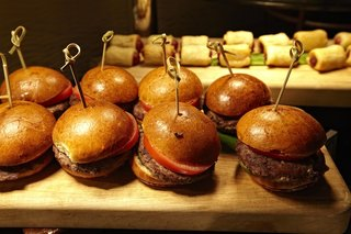 hamburger-sliders-with-brioche-buns-on-wood-tray