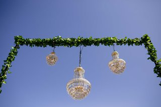 chandeliers-sweetheart-table-green-arch-chandeliers