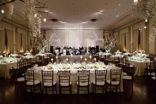 garlands-of-white-flowers-and-chandeliers-over-tables