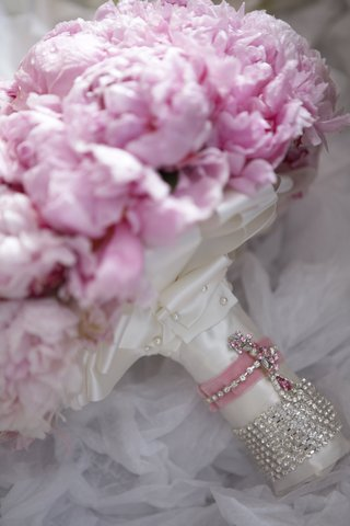 bridal-bouquet-wrapped-in-ribbon-and-crystals