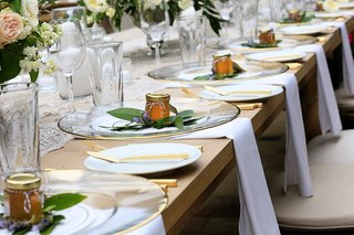 clear-chargers-with-gold-rims-jars-of-honey-as-favors