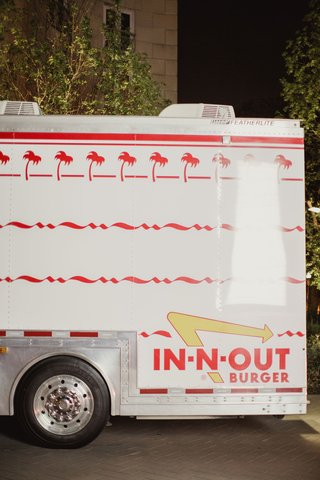 wedding-reception-surprise-for-guests-in-n-out-burger-truck-late-night-snack