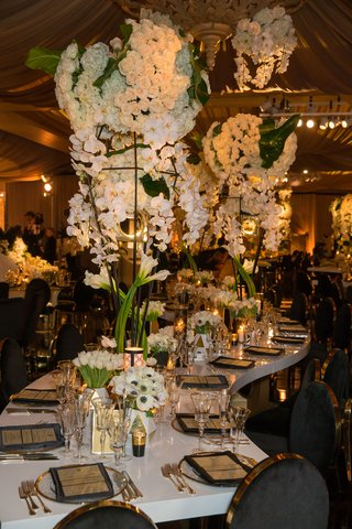 wedding-reception-white-lacquer-table-winding-gold-black-place-settings-white-centerpieces