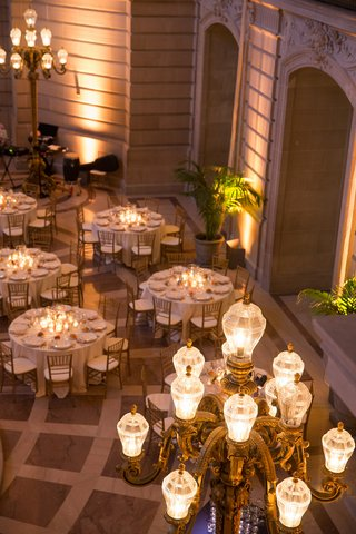 wedding-reception-at-the-rotunda-of-san-francisco-city-hall-with-golden-lamps