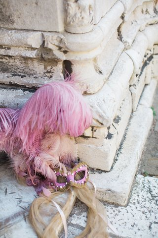 destination-wedding-elopement-in-venice-italy-pink-feather-pink-gold-carnival-mask-venetian-mask